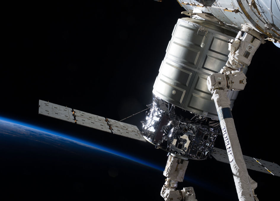 Canadarm2 catches the Cygnus resupply spacecraft  YouTube